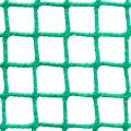 Siatki Toruń - Ogrodzenia boiska do piłki nożnej Siatka na ogrodzenie boiska piłkarskiego o małym oczku 2 x 2 cm i grubości siatki 2mm sprawdzi się na każdym tak bardziej profesjonalnym czy amatorskim obiekcie. Zabezpieczy teren wokół boiska, nie pozwoli na wylot piłki poza siatkę. Gdy mowa o boiskach piłkarskich na stadionach czy większych obiektach z trybunami ochroni także oglądających mecz czy treningi ludzi. Trwała siatka polipropylenowa z powodzeniem może być montowana na zewnętrz, jak i na mniejszych boiskach znajdujących się wewnątrz budynków.